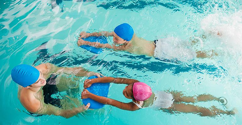 Kinderschwimmen ist ein Riesenspaß für die kleinen. Sie können sich austoben und das Schwimmen erlernen.
